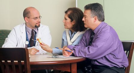 800px-Doctor_and_couple_talking_(1)